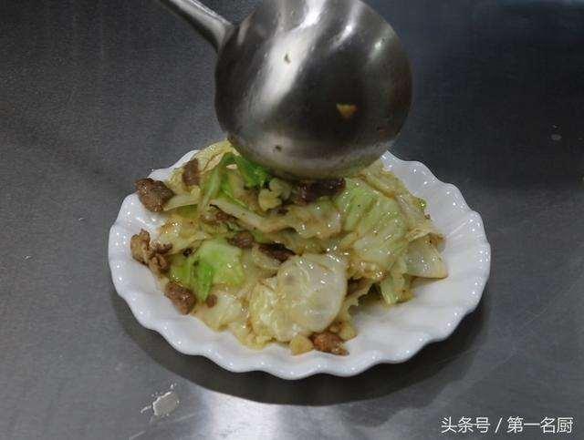 手撕包菜怎样做好吃?大厨教你一个妙招,炒出来口感爽脆,味道美